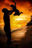 Silueta rodiny dítěte drží na straně otce