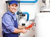 Fotografia tecnico riparazione un riscaldatore di acqua calda