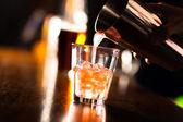 Fotografia barman versando un cocktail in un bicchiere