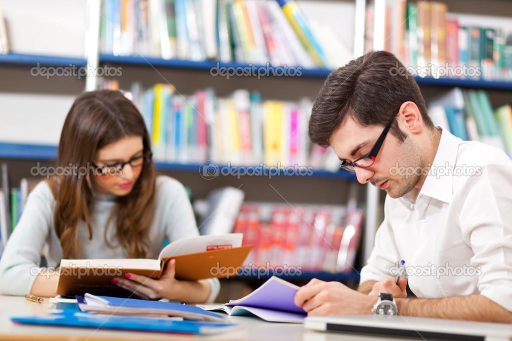Gente Estudiando Juntos En Una Biblioteca