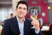 Fényképek Szép ember, aki egy pohár bor