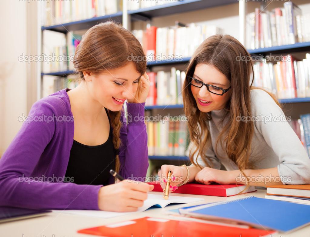 Dos Chicas En Una Biblioteca