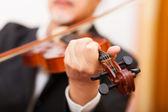 Fotografia musicista a suonare il suo violino