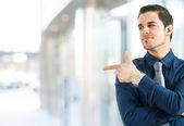 Podnikatel ukazuje prstem