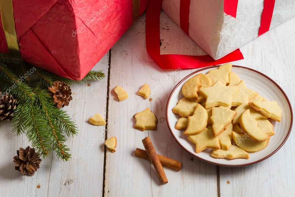 hausgemachte Lebkuchen weihnachtsgebäck auf Platte und Geschenke ...