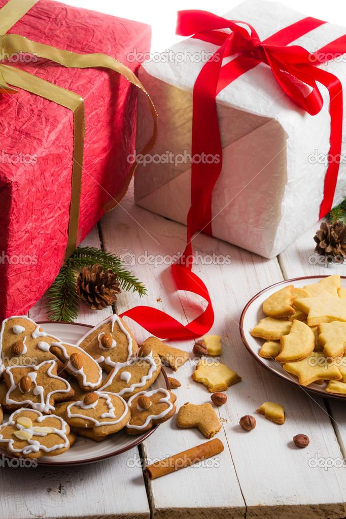hausgemachte Weihnachtsplätzchen auf einem Teller auf Geschenke ...