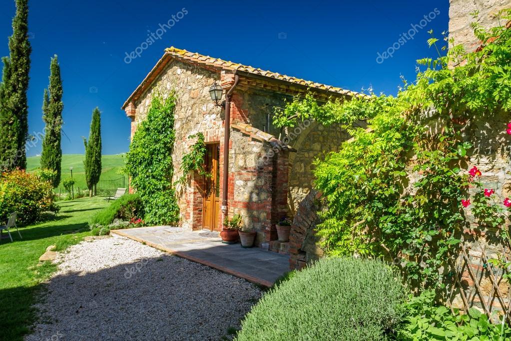 Hermosa villa con flores en el jardín Foto de stock