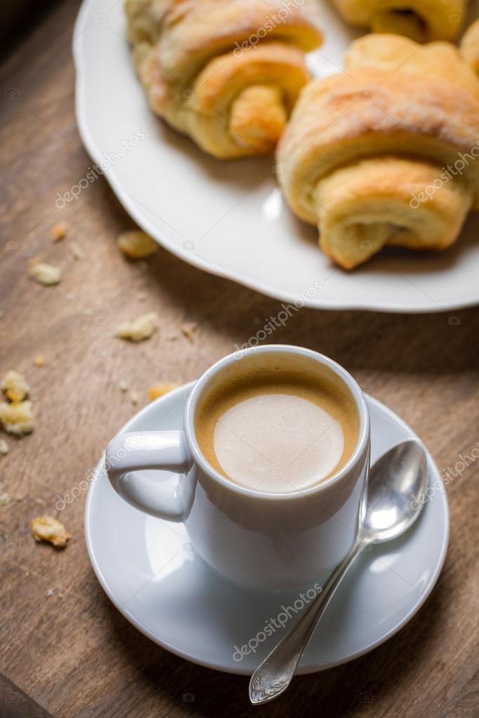 La colazione a letto con caff espresso fiore e cornetto for Piani colazione