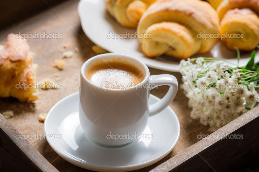 La colazione a letto con caff espresso fiore e cornetto - Colazione a letto immagini ...