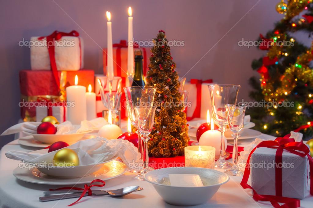 Decorazioni bianche e rosse sulla tavola di natale foto stock shaiith79 35626923 - Decorazioni bianche ...