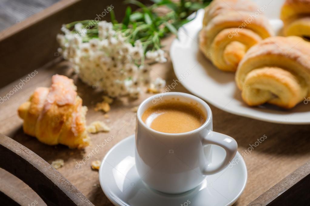 śniadanie Do łóżka Z Gorącej Kawy I Kwiaty Zdjęcie