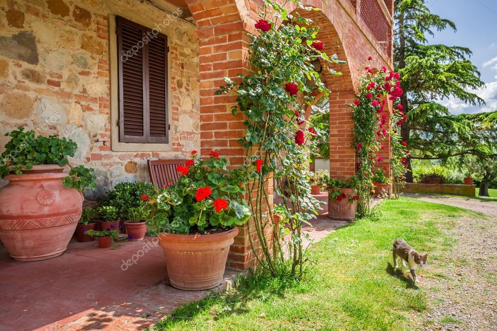 antigua casa en Toscana, Italia — Fotos de Stock © Shaiith79 #49594007