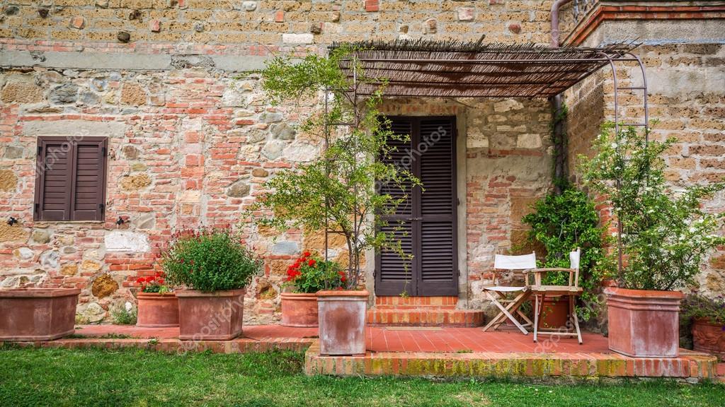 Schone Veranda Vor Ein Altes Haus In Der Toskana Stockfoto