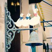 zvon visí na zdi
