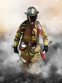 ein Feuerwehrmann durchbohrt durch eine Wand aus Rauch auf der Suche nach Überlebenden
