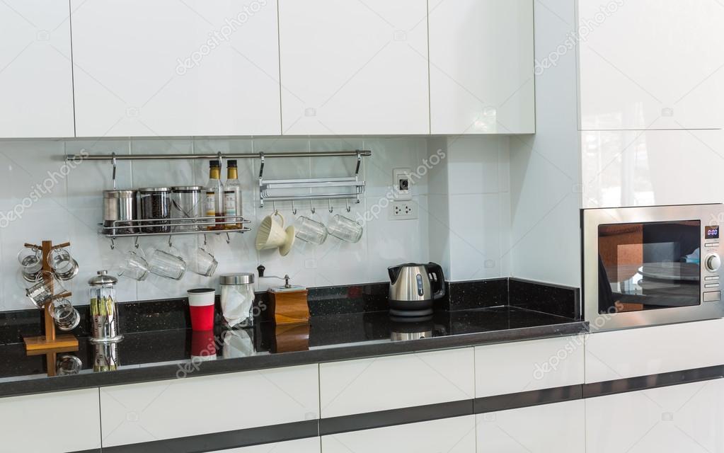 Armadi da cucina con angolo caffè nella moderna casa soggiorno