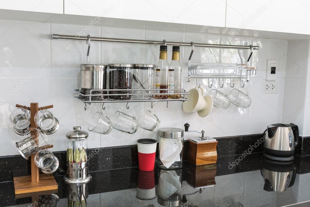 Keuken kasten met koffiecorner in moderne huis woonkamer — Stockfoto ...