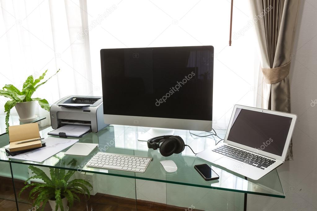 Oficina en casa moderna con computadoras y terminal for Casa moderna oficina