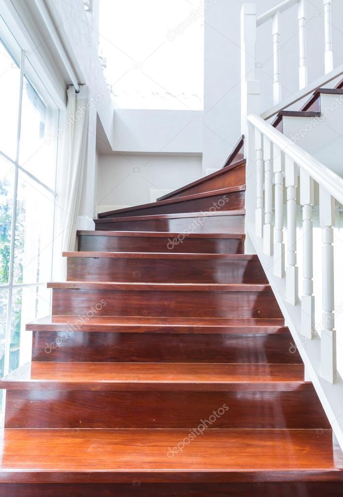 Pasamanos y escaleras de madera interiores foto de stock for Pasamanos de escaleras interiores