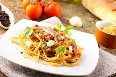 Pasta with anchovies, tomatoes, garlic and breadcrumbs