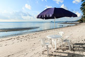 Strand székek és esernyők gyönyörű trópusi homokos strandon
