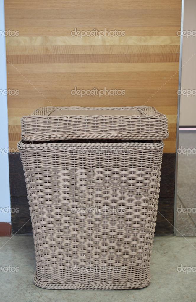 cesto di bambù per tenere i panni dopo utilizzato nella stanza — Foto Stock © jcsmilly #36235485