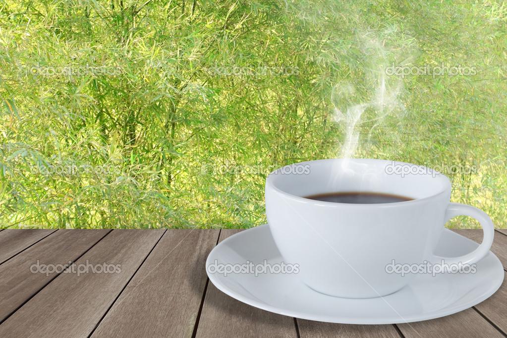 Bamboe Houten Vloer : Kopje koffie op houten vloer met bamboe hek u stockfoto jcsmilly