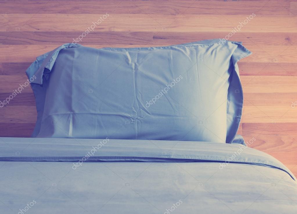 Slaapkamer Vintage Blue : Vintage slaapkamer met blauwe kussen en houten muur u2014 stockfoto