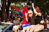 Spider-man tvůrce stan lee vlny do davu na roční dragoncon parade