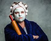 Fotografie gemein und hässlich Hausfrau mit Gesichtsmaske, Haar-Rollen und Nudelholz