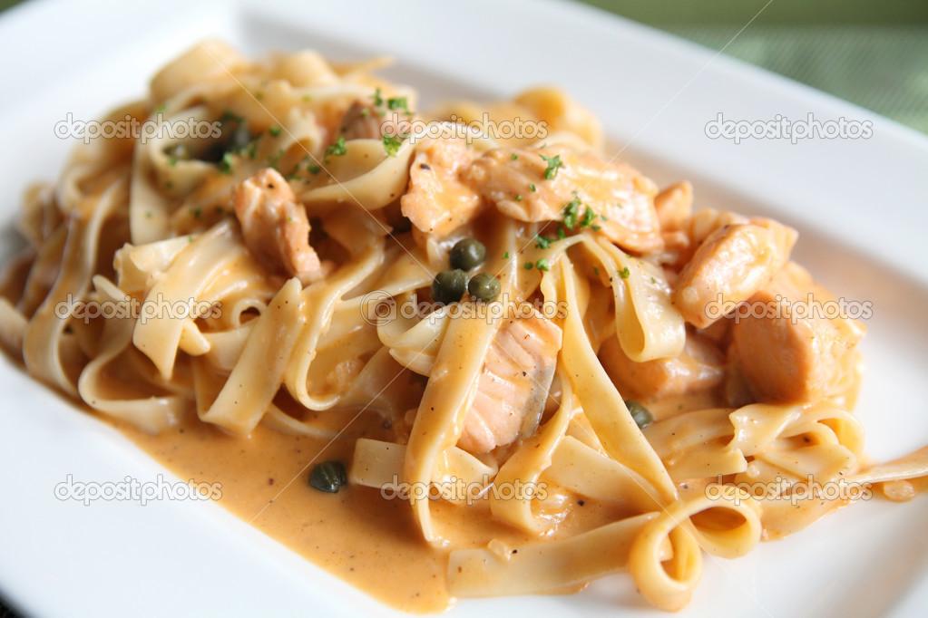 Kremalı soslu somon ile Fetuchini (makarna)