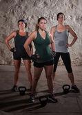 Fotografie schwitzende Damen beenden ihre Boot-Camp-Training