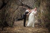 Fotografie Brautpaar im Wald spielen