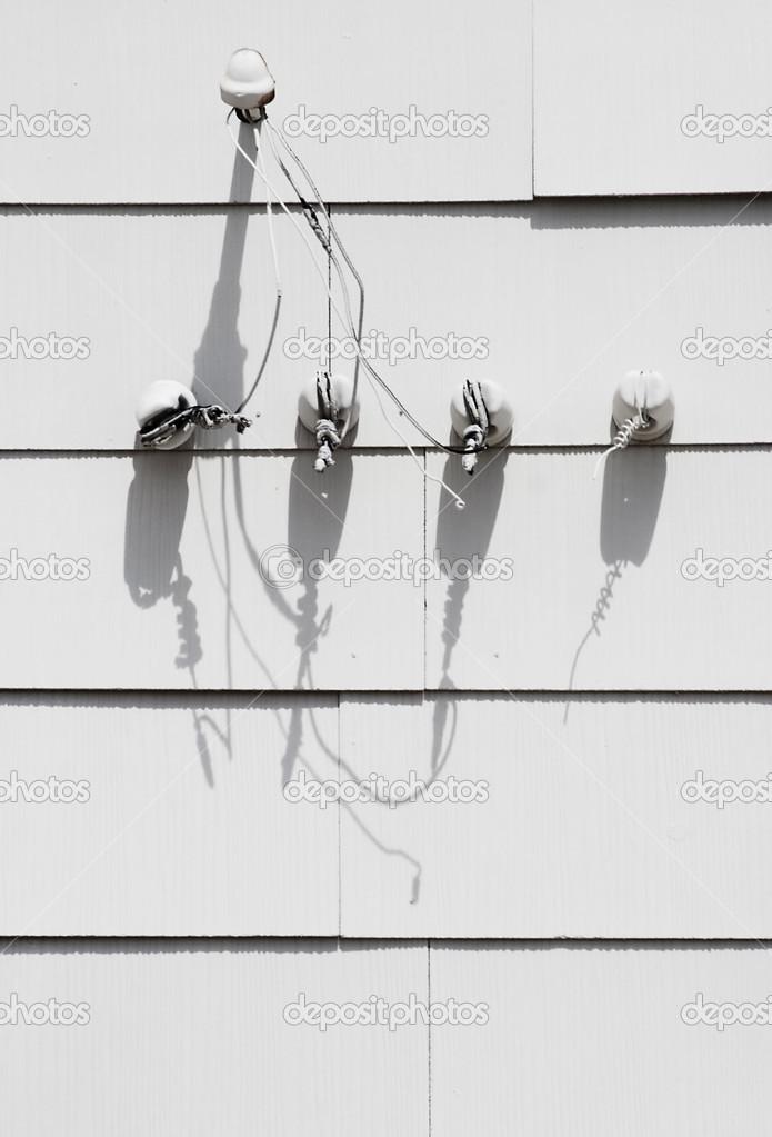 Defekte elektrische Anschlüsse weiße hangar — Stockfoto © creatista ...