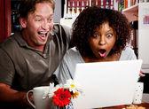 smíšené rasy pár v kavárně s přenosným počítačem