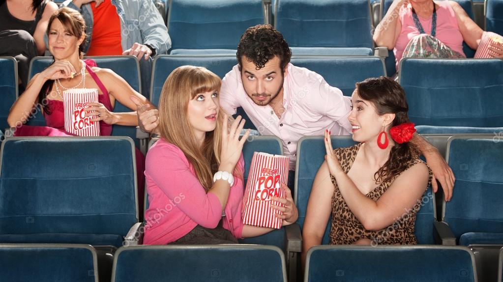 男性と女性の劇場でいちゃつく —...