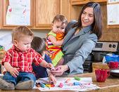 Fotografie Mutter spielt mit Kindern