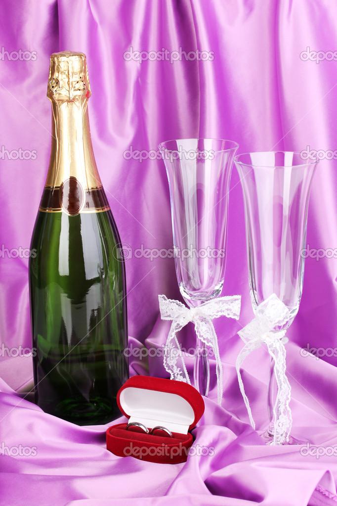 accesorios de boda sobre fondo de tela púrpura — Foto de stock ...