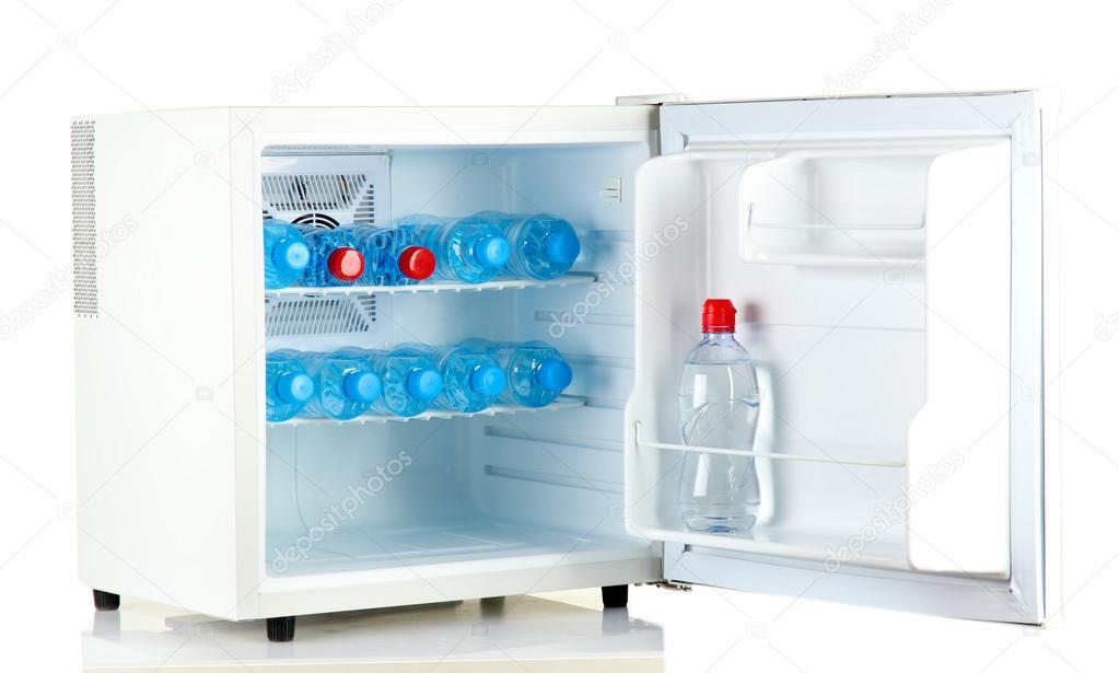 Minibar Kühlschrank Weiß : Mini kühlschrank voller abgefülltes wasser isoliert auf weiss