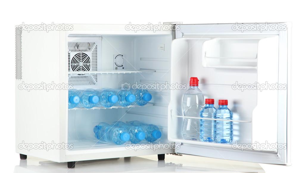 Kühlschrank Klein : Mini kühlschrank voller abgefülltes wasser isoliert auf weiss