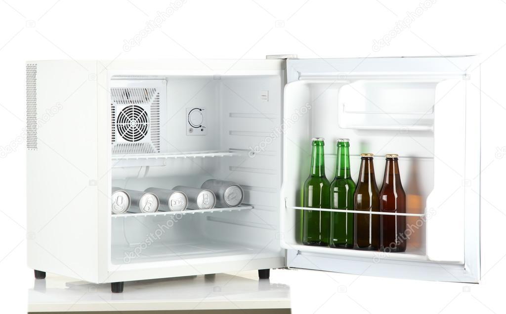 Mini-Kühlschrank voller Flaschen und Dosen Bier isoliert auf weiss ...