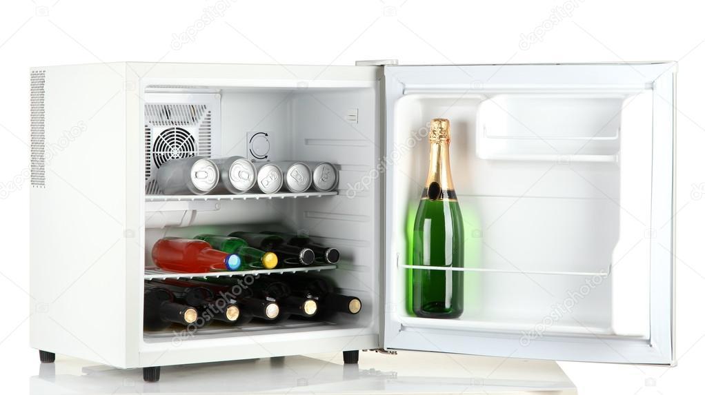 Cooler Mini Kühlschrank : Mini kühlschrank voller flaschen alkoholische getränke isoliert