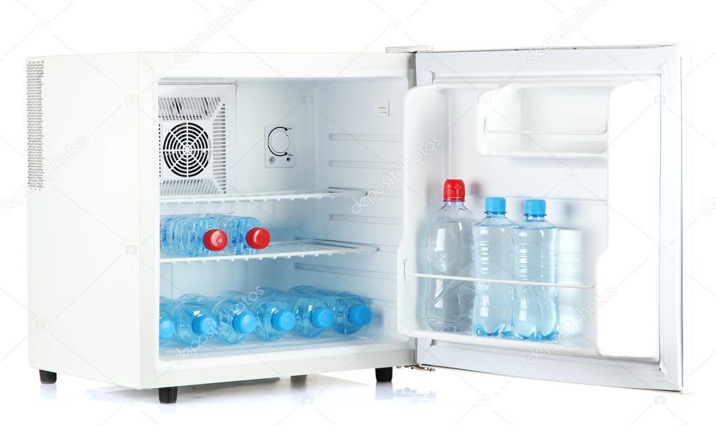 Mini-Kühlschrank voller abgefülltes Wasser isoliert auf weiss ...