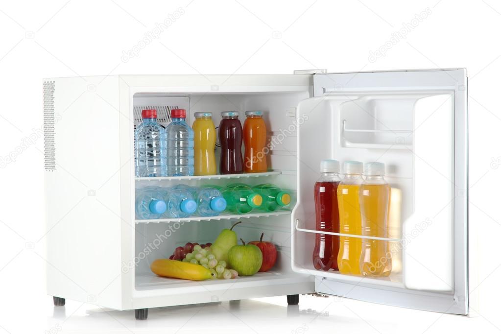 Mini Kühlschrank Mit Akku : Mini kühlschrank voller flaschen saft soda und obst isoliert auf