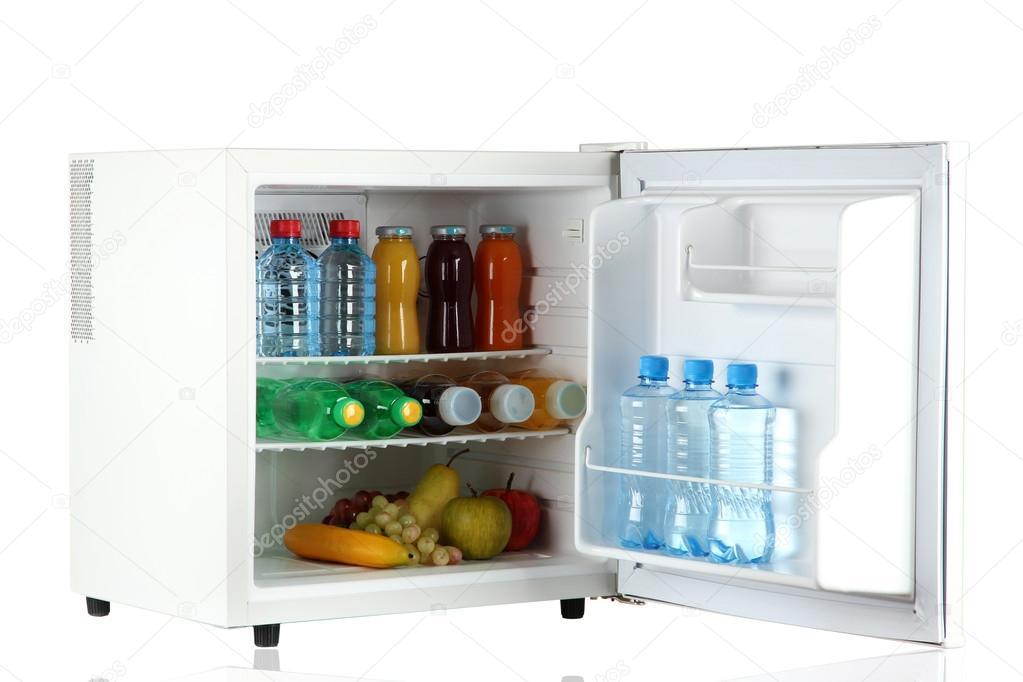 Mini Kühlschrank : Mini kühlschrank voller flaschen saft soda und obst isoliert auf