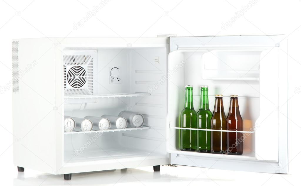 Kühlschrank Dosen : Mini kühlschrank voller flaschen und dosen bier isoliert auf weiss