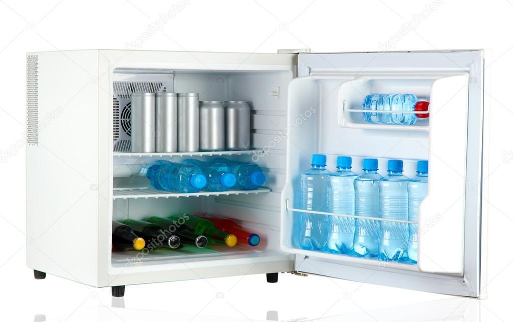 Cooler Mini Kühlschrank : Mini kühlschrank voller flaschen und gläser mit verschiedenen