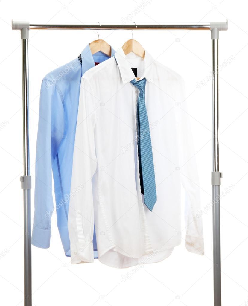 blaue und weiße Hemden mit Krawatte auf hölzernen Kleiderbügel ...