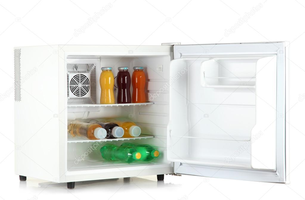 Mini-Kühlschrank voller Flaschen Saft, Soda und Obst isoliert auf ...