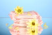 Fotografie Höschen-Liner in individueller Verpackung und gelbe Blumen auf blauem Hintergrund cl